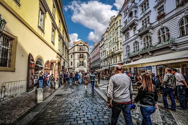 街中の大勢の人の画像