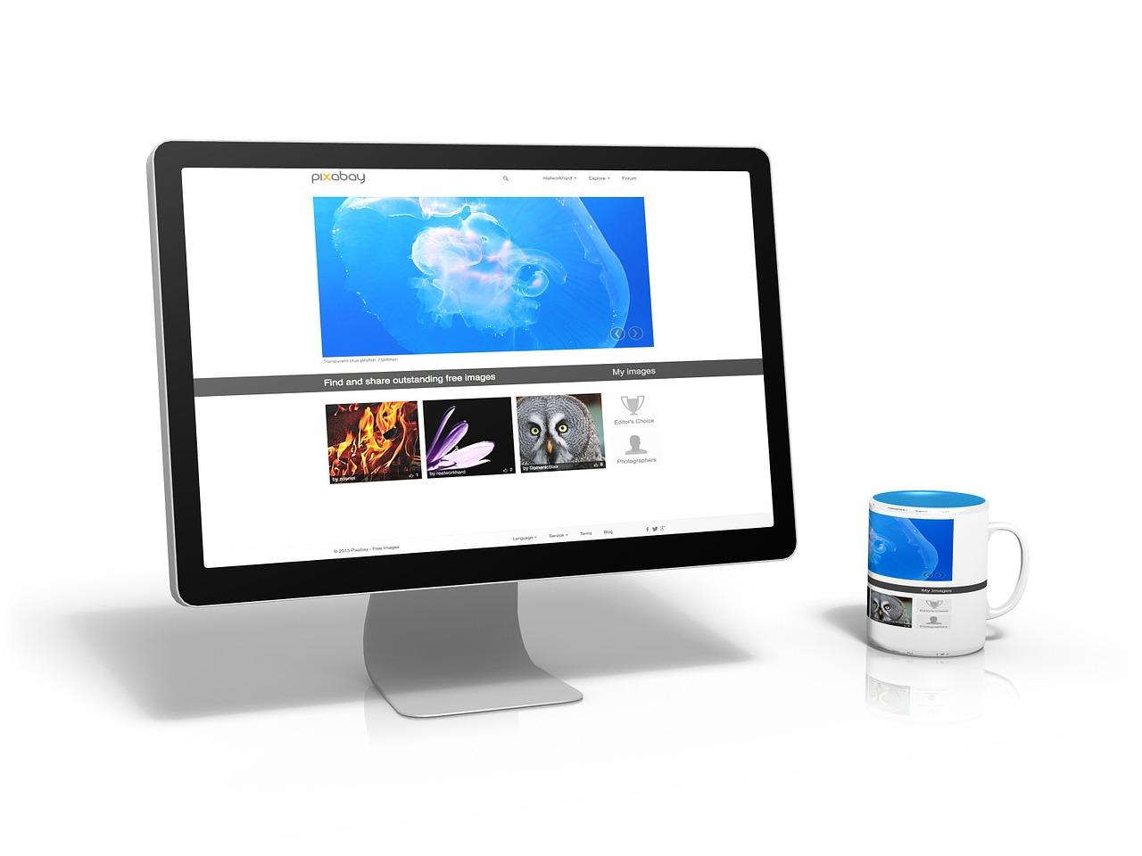 モニターにホームページが表示されている画像