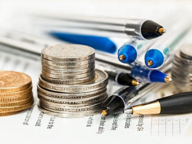 お金とボールペンの画像
