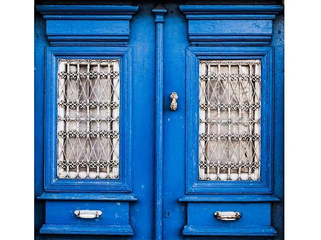 青い扉の画像