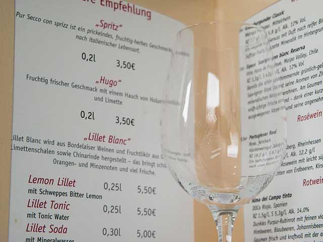 ワイングラスとメニューブックの画像