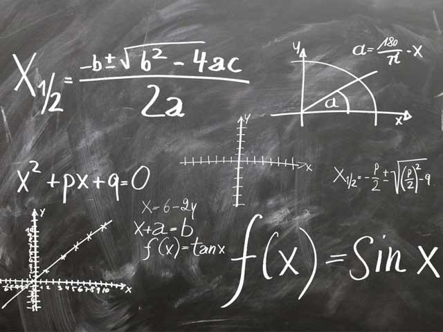 黒板に書かれた方程式の画像