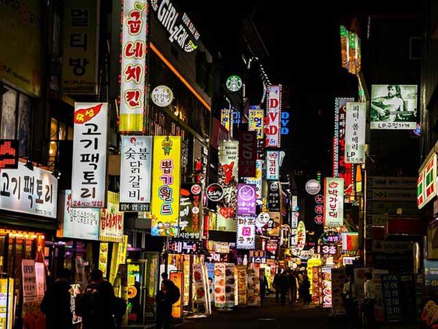 繁華街の看板の写真