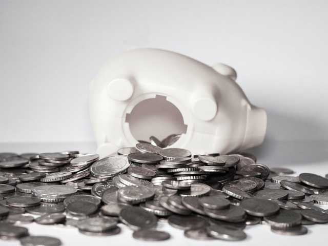 貯金箱からお金を出している画像