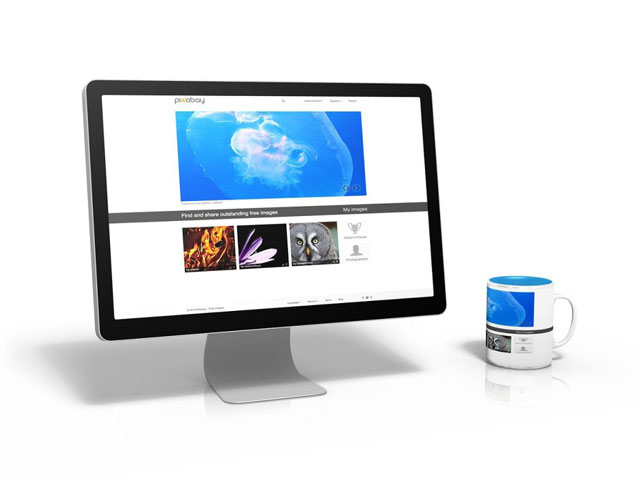 パソコンのモニターにホームページが表示されている画像