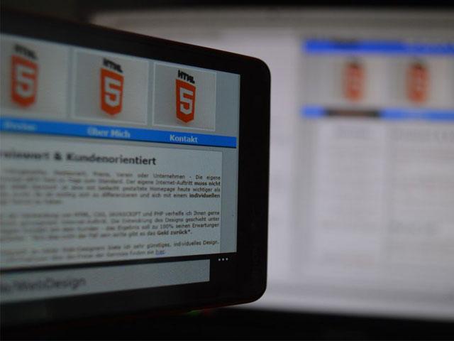 HTML5が映ってるモニター画像