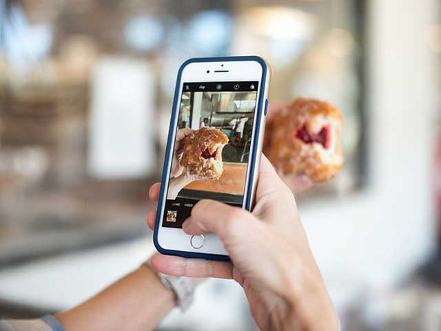 iphoneで写真撮影している画像