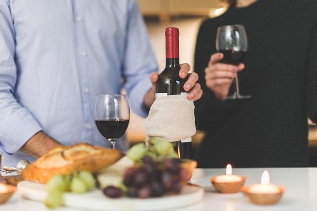 経営者が優雅にワイン